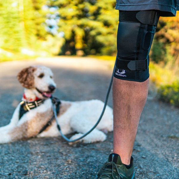 Hinged knee brace for hiking