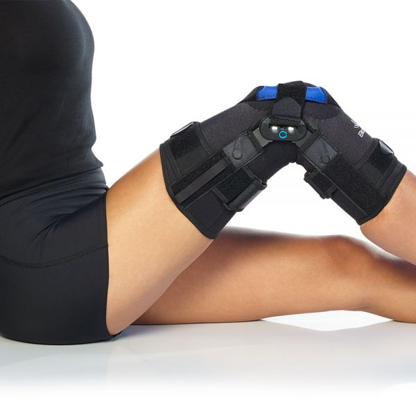 Patella tracking brace with hinges