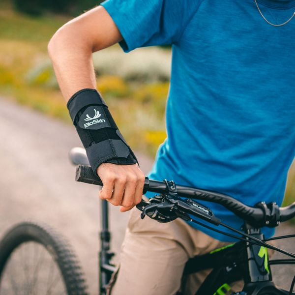 Wrist brace for mountain biking